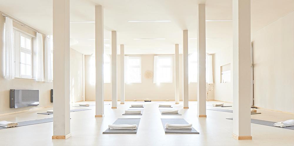 Der helle und großzügige Raum für Seminare und Kurse von Yoga jetzt im Jugenstilbad Darmstadt.