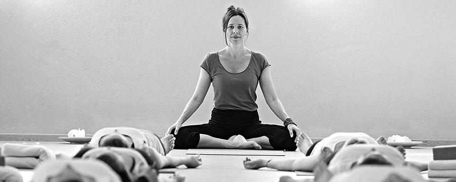 Das Angebot im Kursplan enthält Kurse zur Entspannung und Stressprävention, Kräftigung und auch Yogatherapie